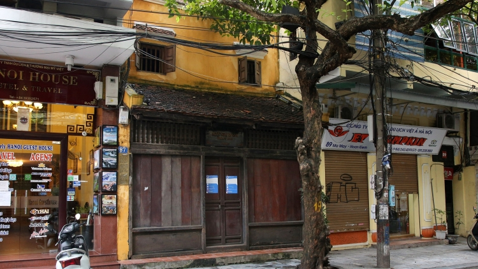 Hanoi Old Quarter street falls quiet amid COVID-19 fears