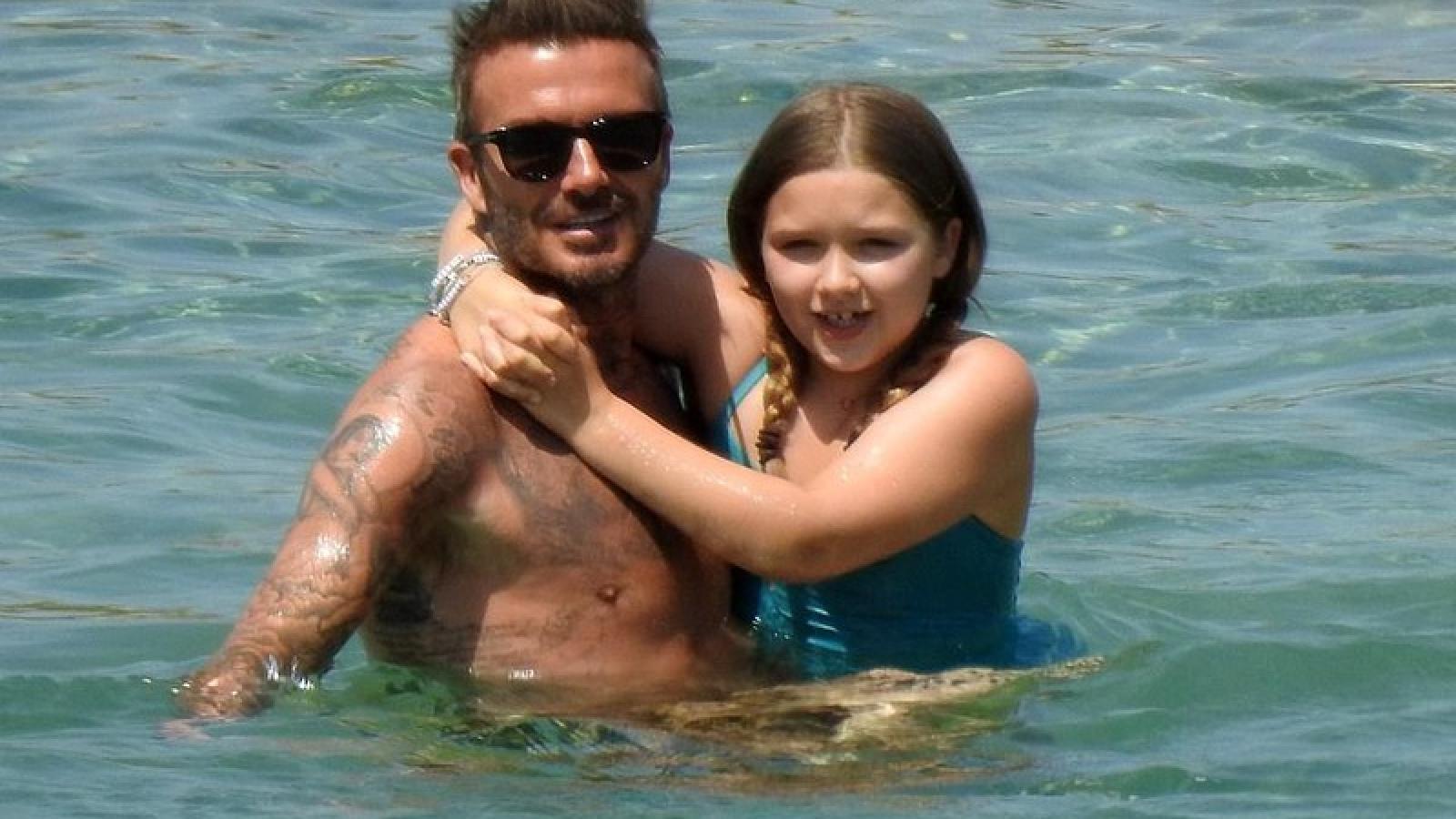 Con gái David Beckham làm nũng, ôm chặt bố khi đi tắm biển ở Hy Lạp