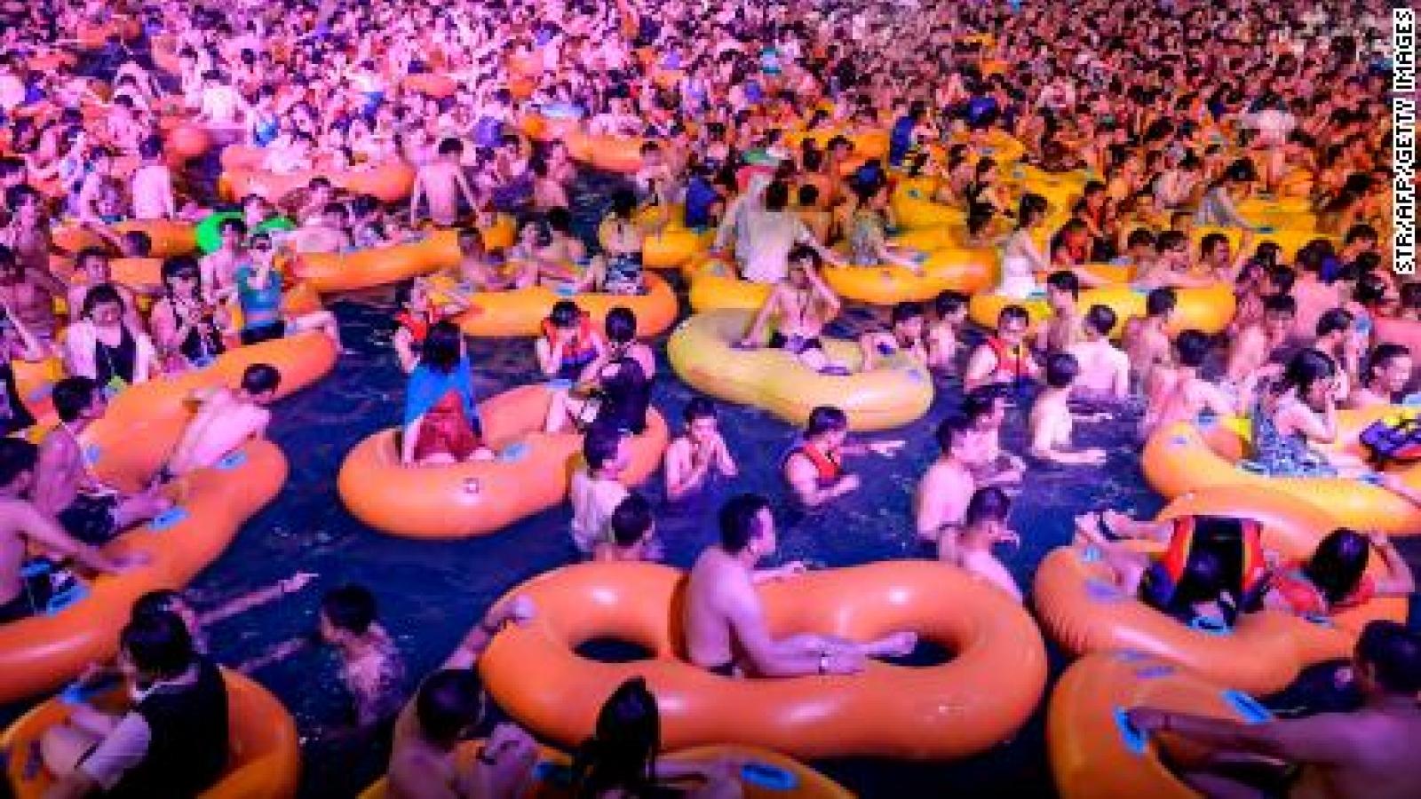 """Video: Đại tiệc hồ bơi """"không khẩu trang, không giãn cách"""" ở Vũ Hán"""