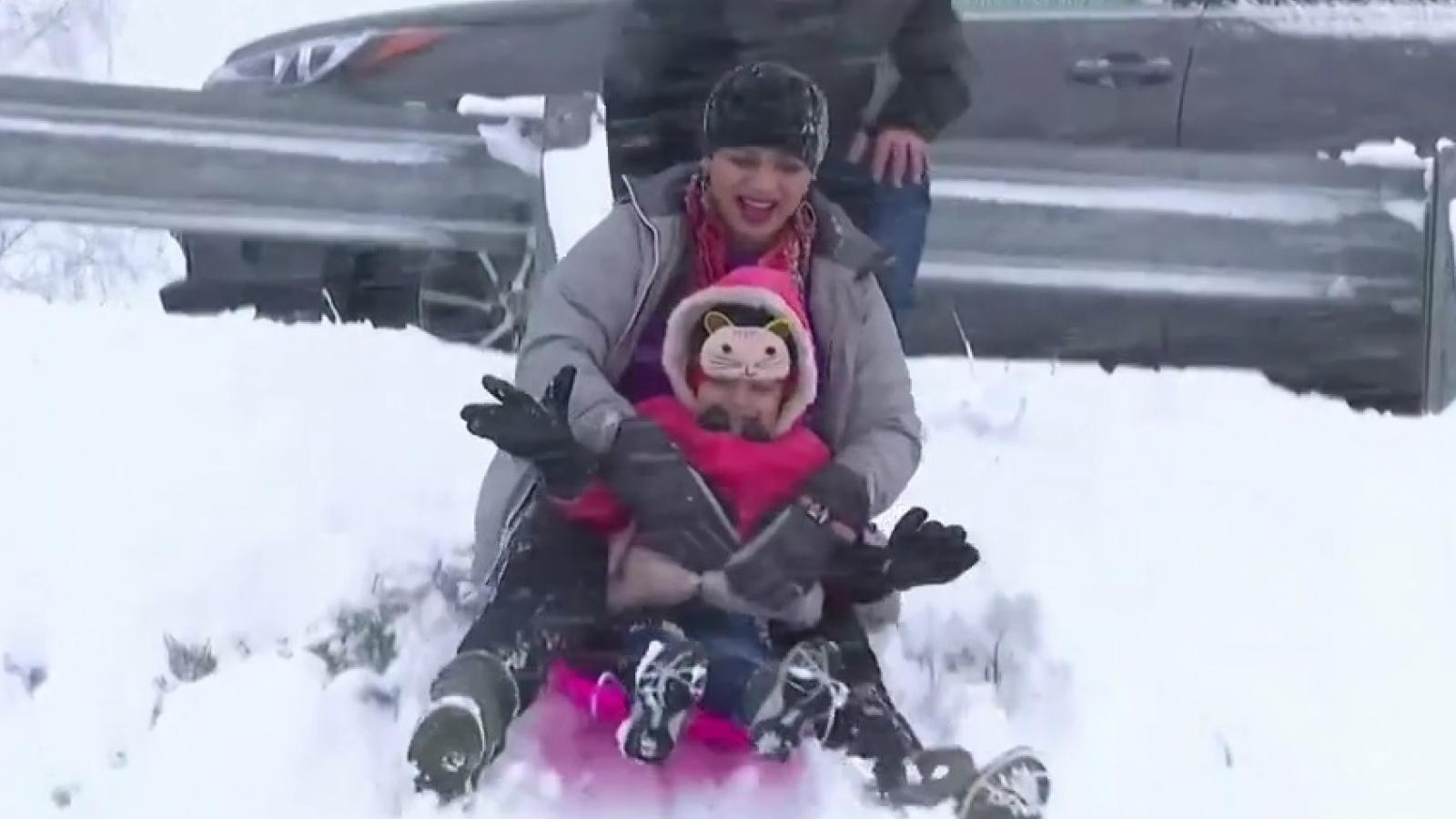 Video: Tuyết rơi dày hiếm có Australia, người dân thích thú