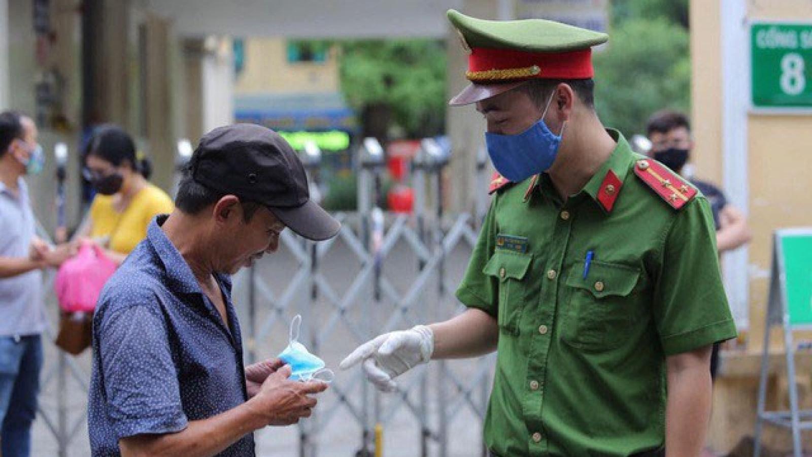 Hà Nội xử phạt hàng trăm trường hợp không đeo khẩu trang khi ra đường