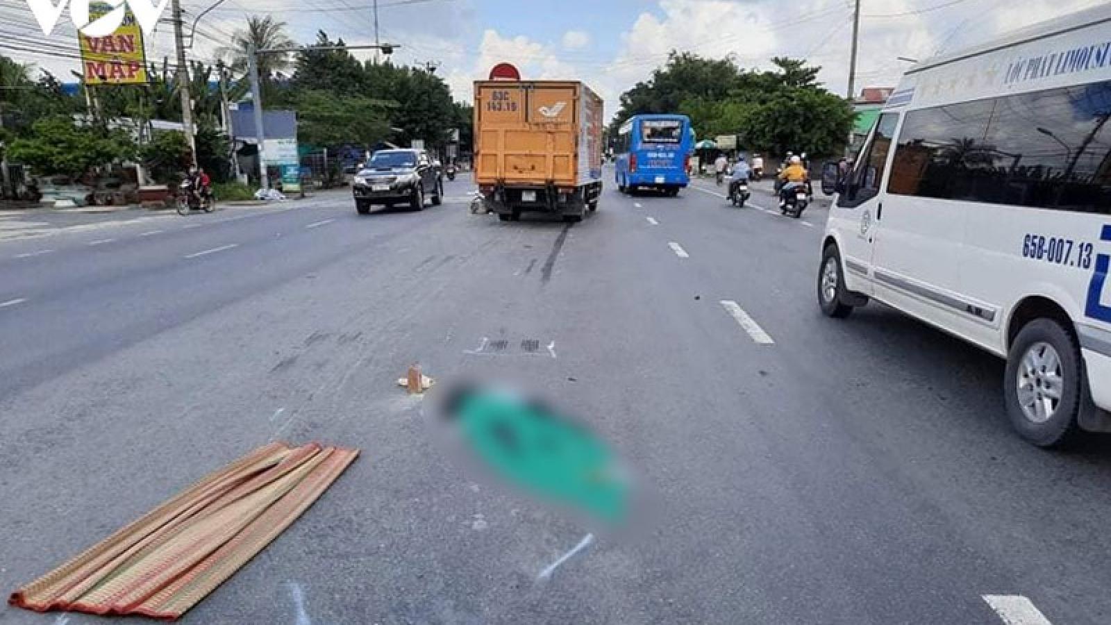 Băng qua đường bất cẩn, 2 người bị tai nạn thương vong