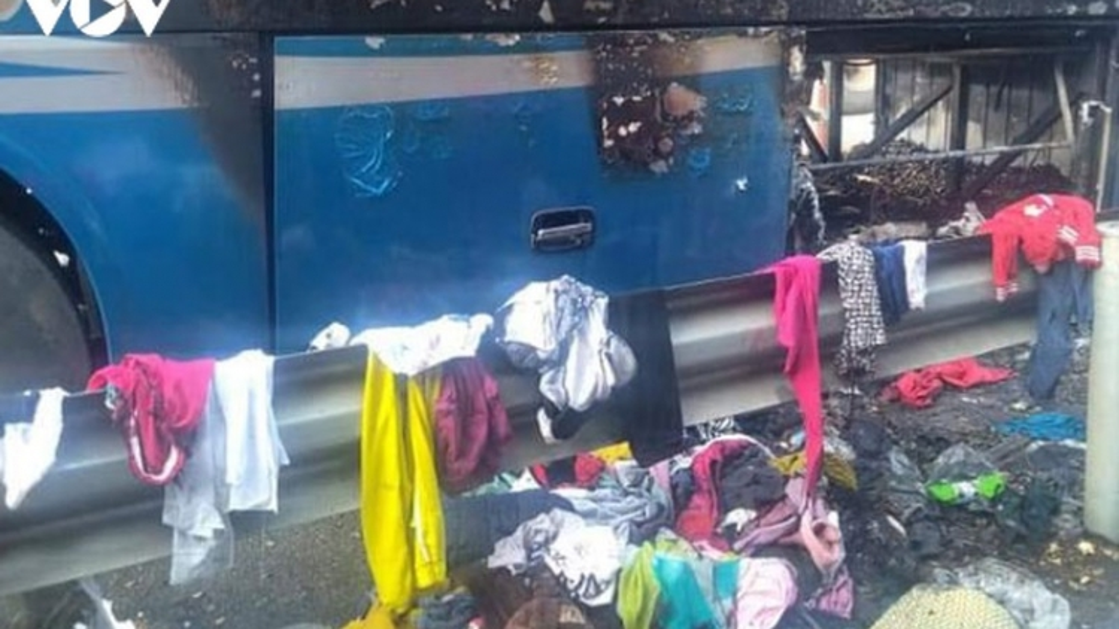 Xe giường nằm bốc cháy dữ dội trên cao tốc Nội Bài – Lào Cai