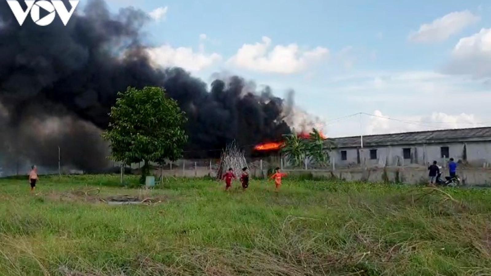 """""""Bà hỏa"""" thiêu rụi một nhà kho tại khu vực biên giới tỉnh An Giang"""