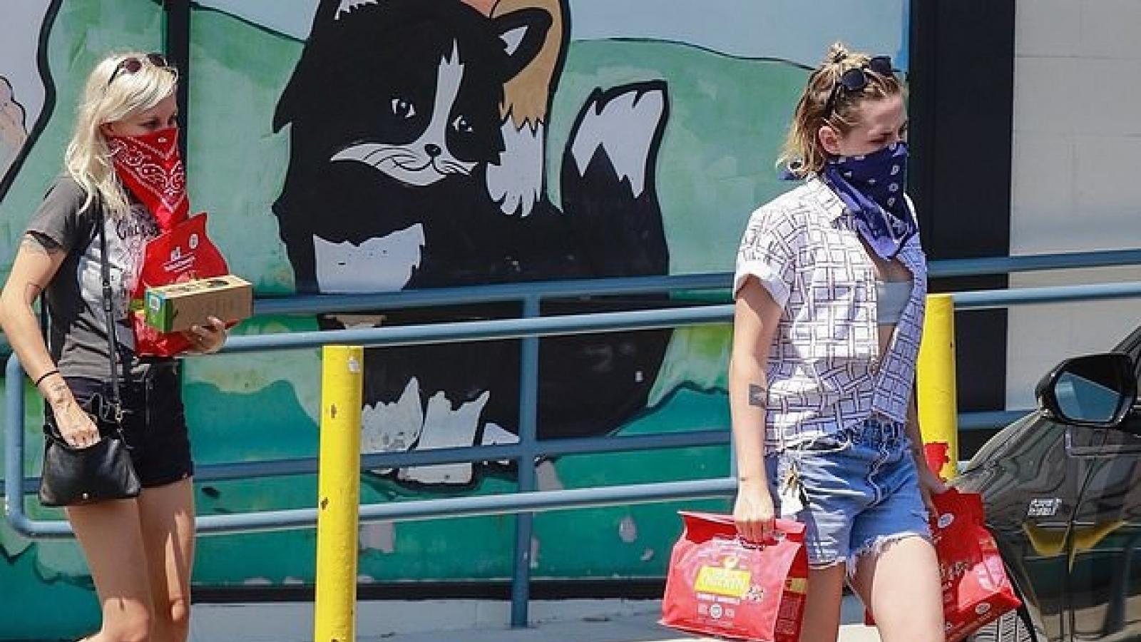 Kristen Stewart và bạn gái mới đi mua đồ ăn cho thú cưng