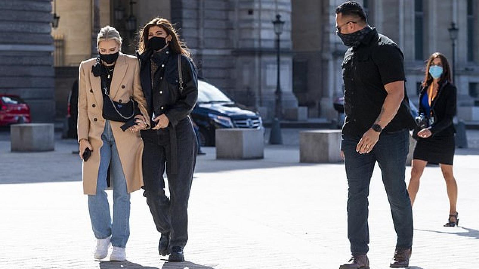 Kylie Jenner sành điệu đi thăm Bảo tàng Louvre ở Paris cùng bạn bè