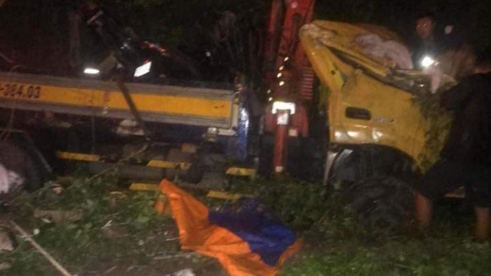 Xe tải đấu đầu xe thư báo trong đêm làm 3 người thương vong