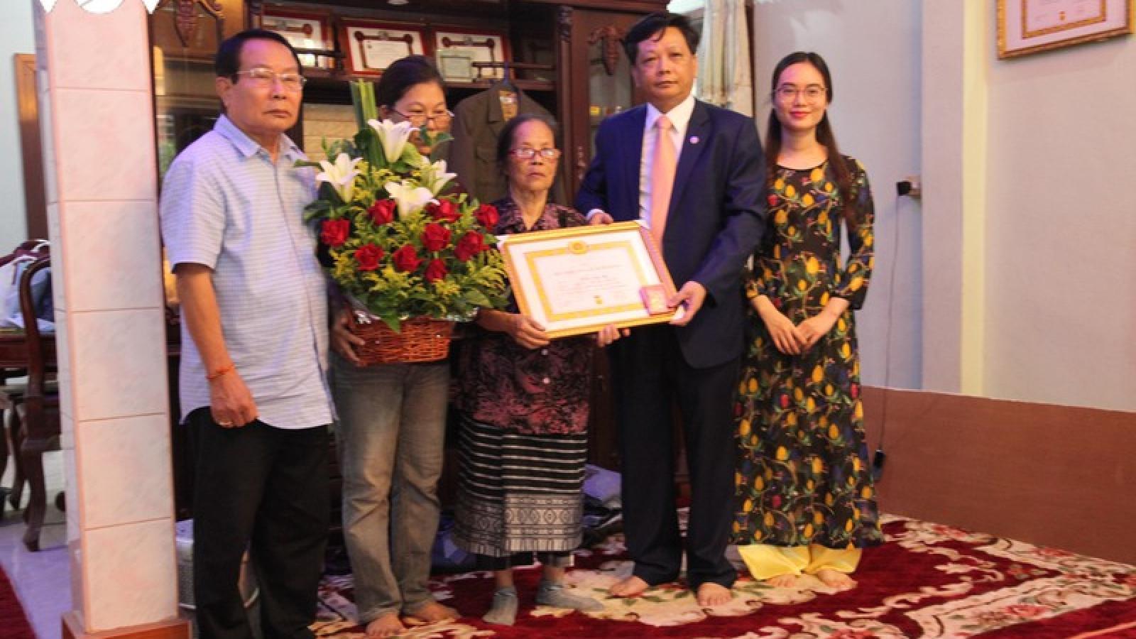 Lần đầu tiên một Việt kiều tại Lào được nhận Huy hiệu 70 năm tuổi Đảng