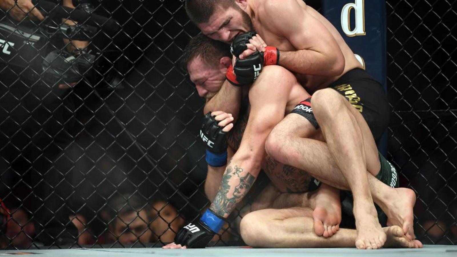 """VIDEO: Đòn siết cổ hiểm độc khiến """"Gã điên"""" McGregor phải xin đầu hàng"""