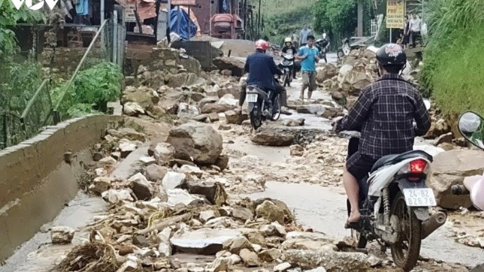 Mưa lớn gây sạt lở một số tuyến đường ở Sa Pa