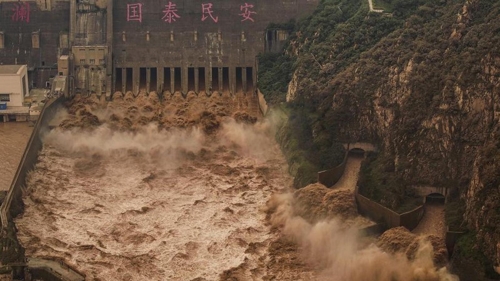 Trung Quốc phát đi cảnh báo màu vàng kép vì mưa lớn và bão