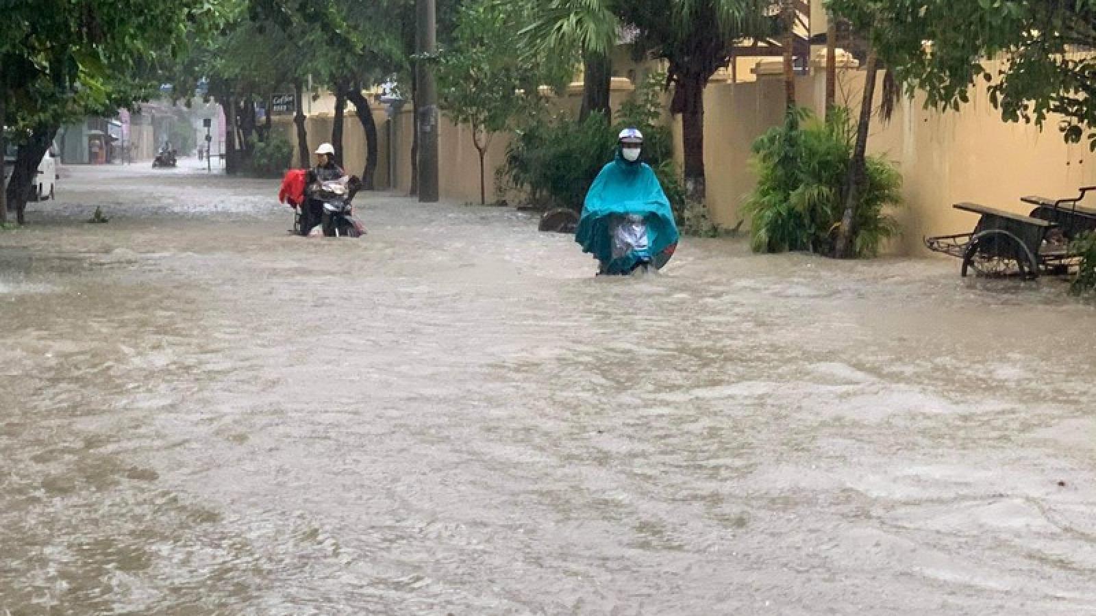 Mưa lớn, thành phố Điện Biên Phủ chìm trong biển nước