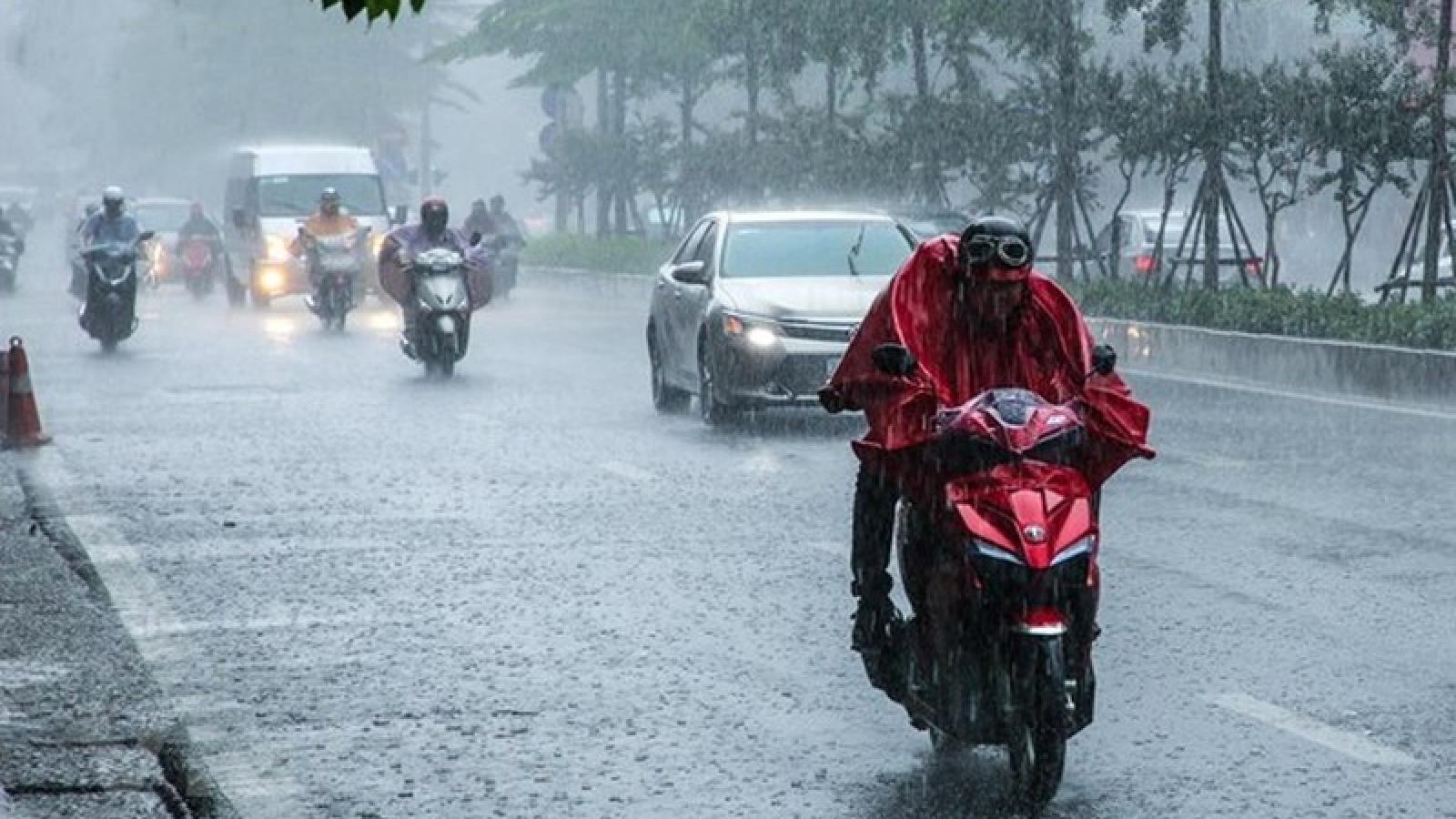 TPHCM: Hàng loạt ô tô, xe máy chìm trong biển nước sau mưa lớn