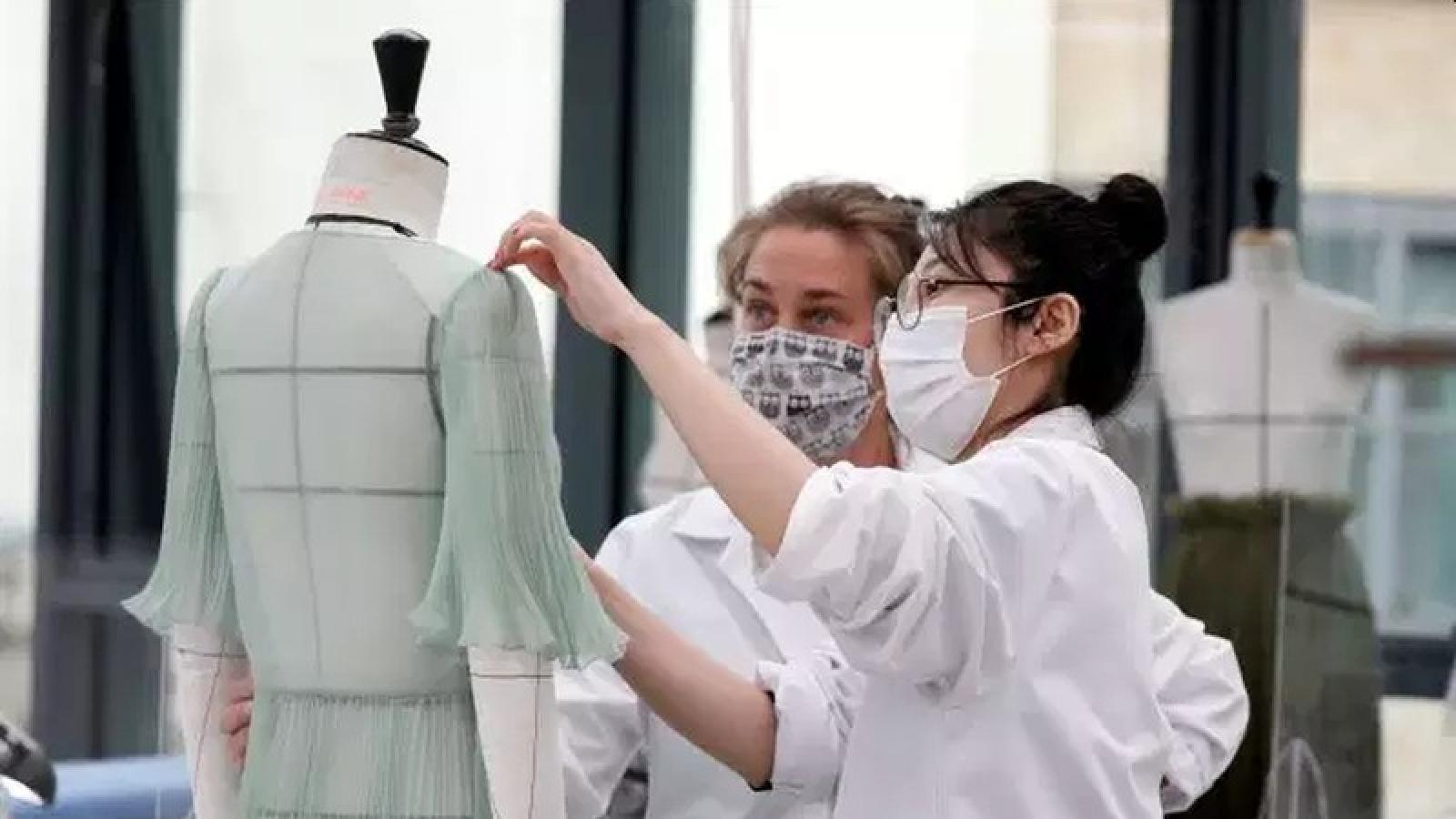 Pháp sẽ bắt buộc người lao động phải mang khẩu trang