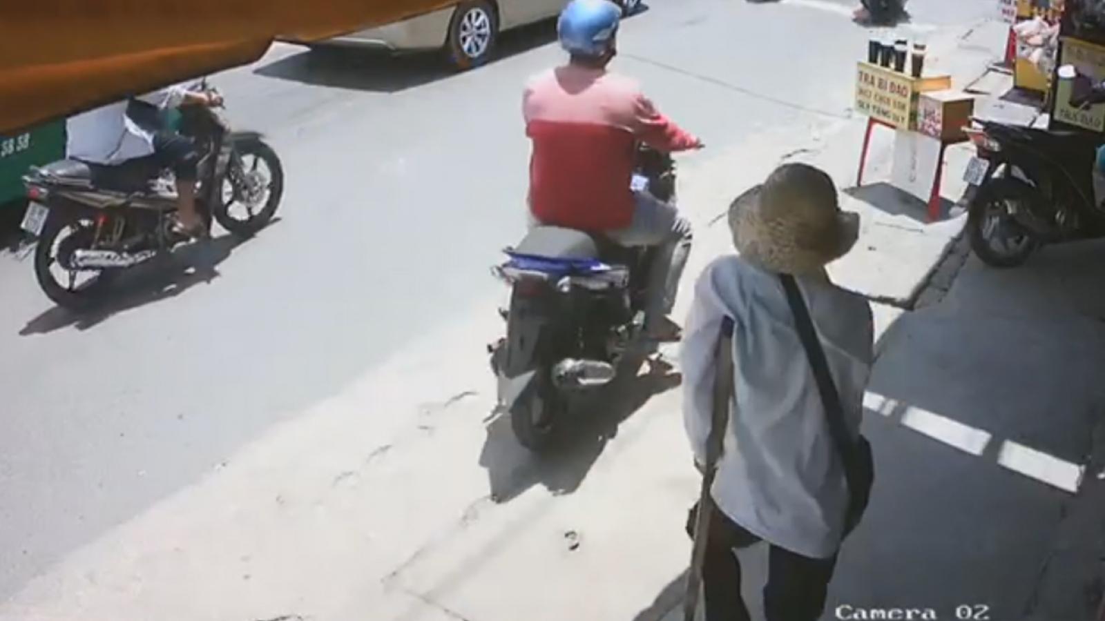 Truy tìm kẻ cướp vé số của người đàn ông khuyết tật ở Bình Dương
