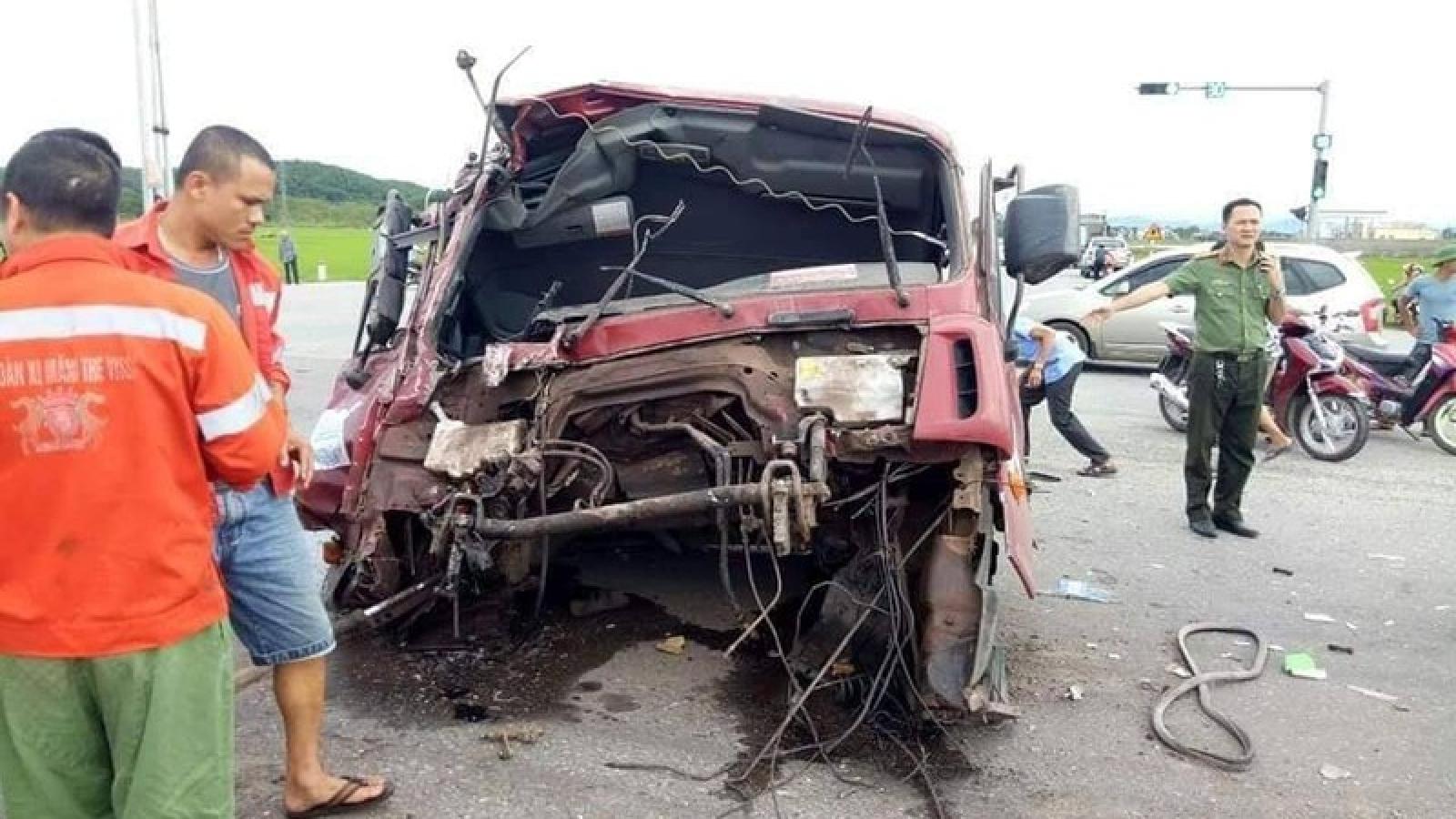 """Va chạm kinh hoàng khiến xe tải """"rụng đầu"""", nhiều người bị thương"""