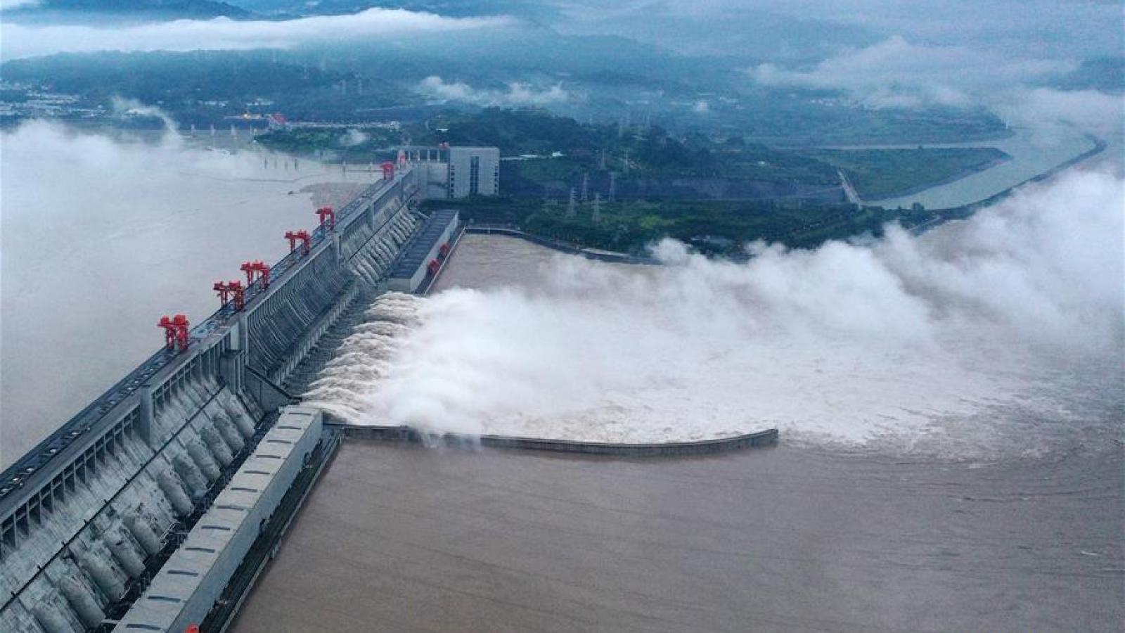 Toàn cảnh: Lũ đạt mức đỉnh lịch sử, đập Tam Hiệp mở 11 cửa xả lũ