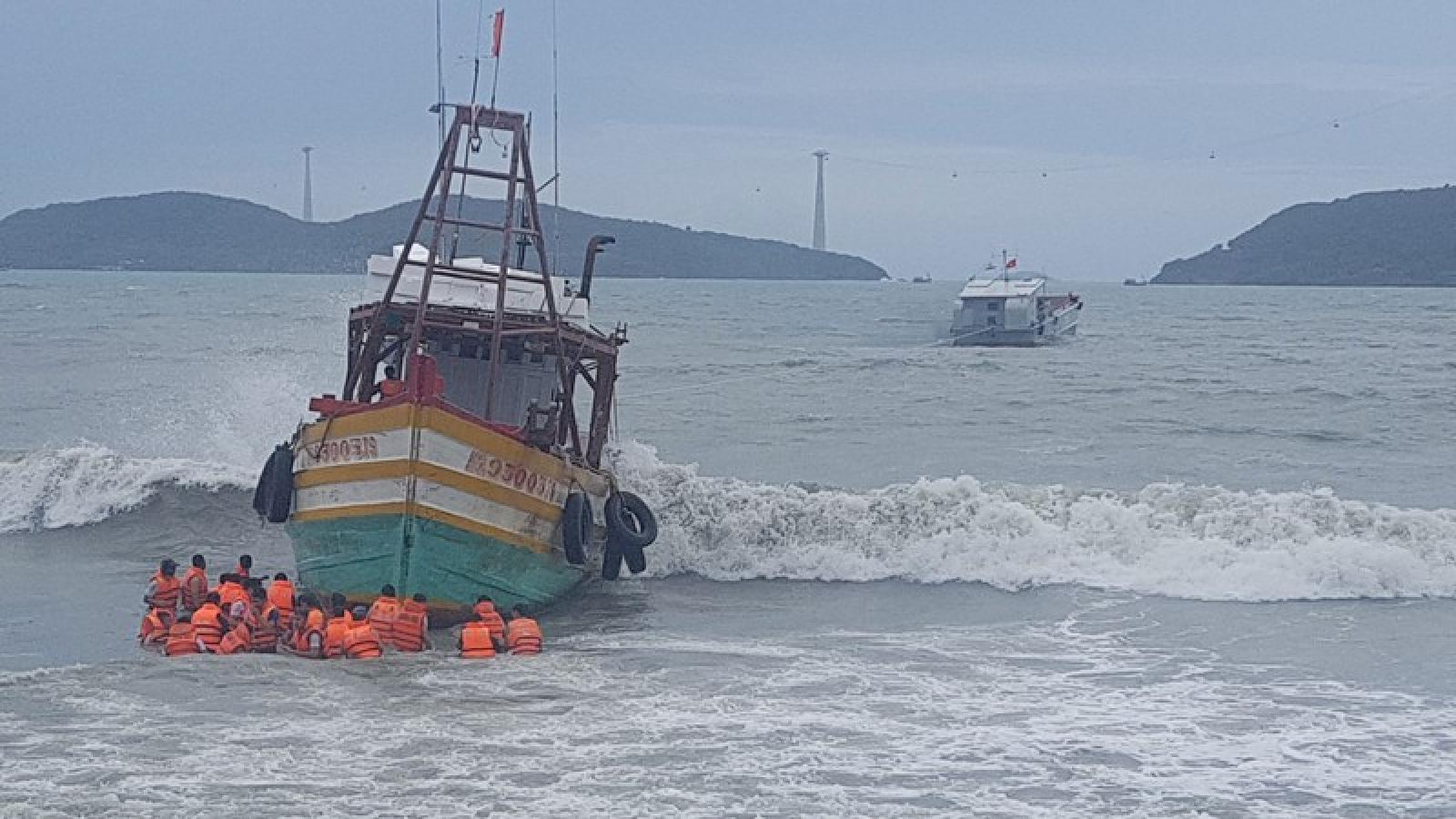 Vùng 5 Hải quân kịp thời cứu kéo tàu cá Kiên Giang mắc cạn