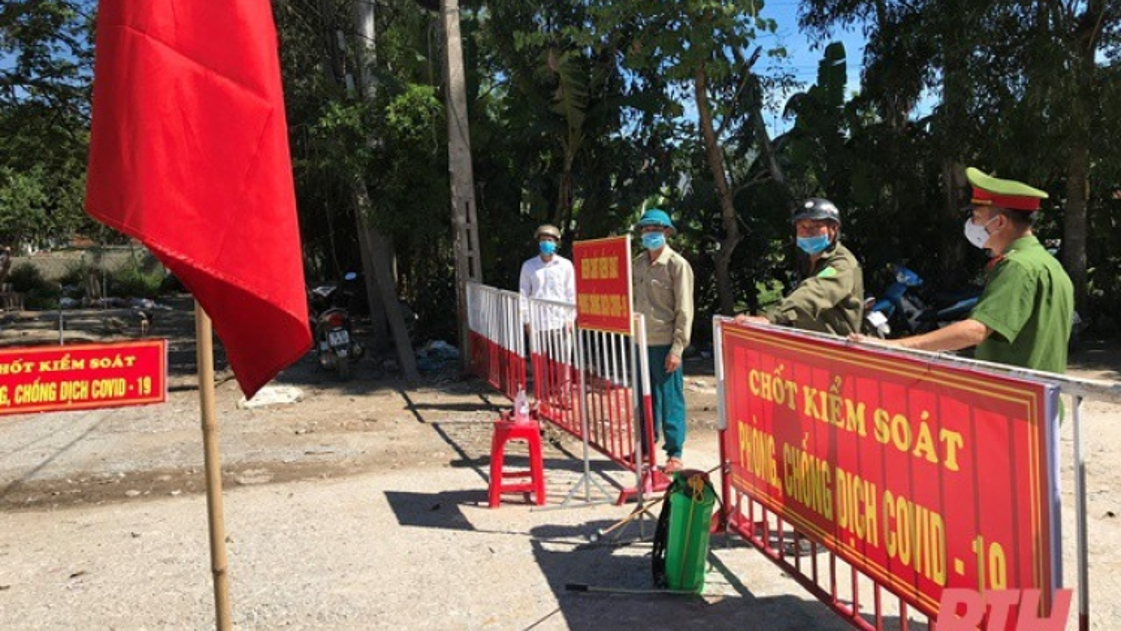 Thêm 1 cán bộ ở Thanh Hóa bị tạm thời đình chỉ công tác do lơ là chống dịch