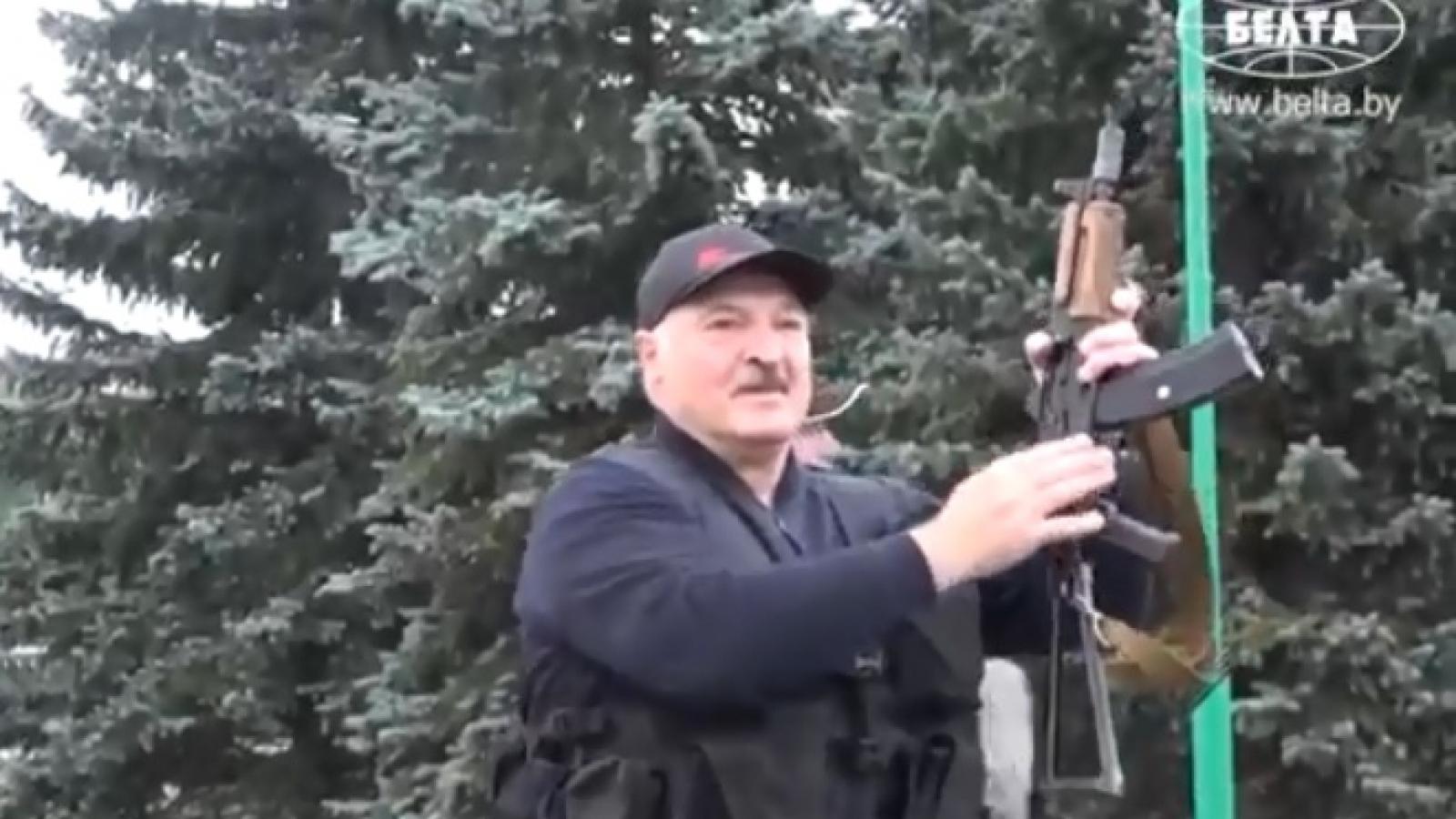 Video: Tổng thống Belarus Lukashenko xách súng AK, mặc áo giáp, đeo băng đạn