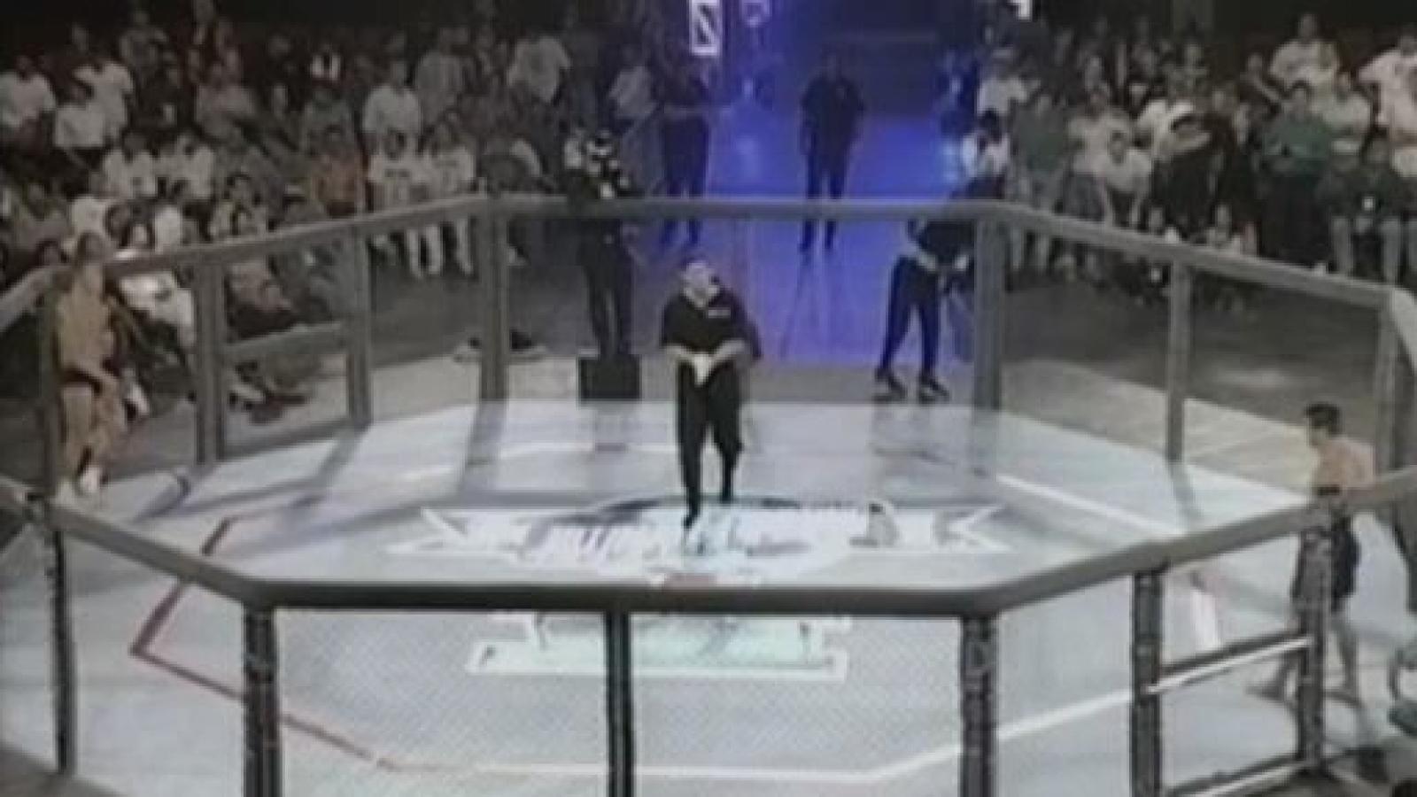 VIDEO: Đòn khóa cổ chuẩn xác, kết thúc trận đấu võ tự do chỉ sau 9 giây