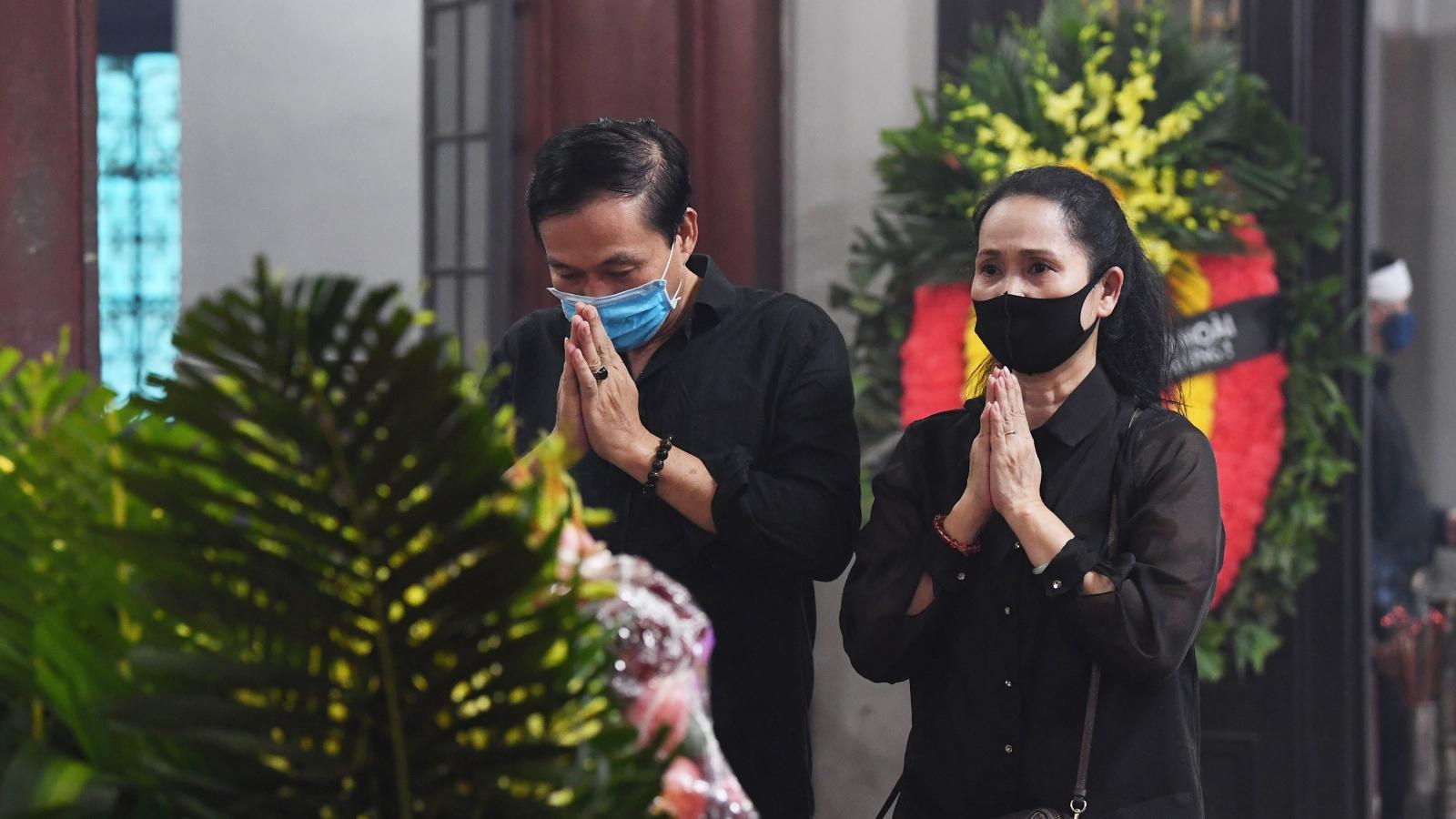 Gia đình, đồng nghiệp nghẹn ngào đưa tiễn NSND Trần Phương về đất mẹ