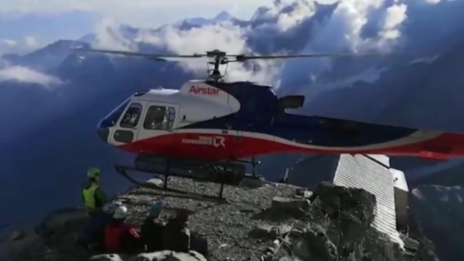 Trực thăng hạ cánh trên đỉnh núi Alps cứu hộ người bị kẹt do lở đất