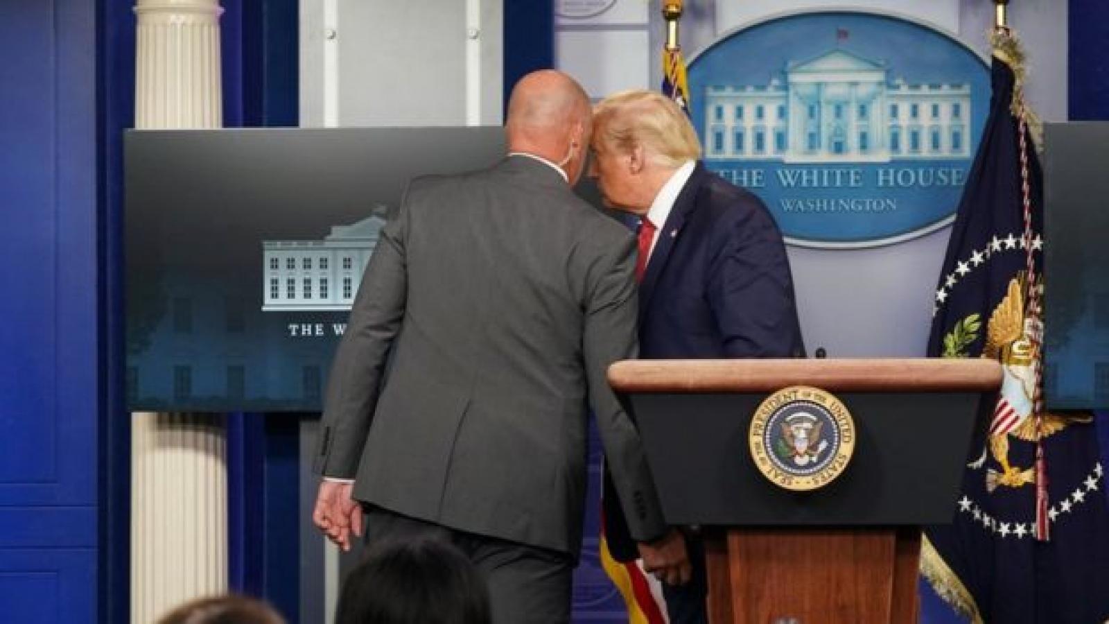Ai nổ súng bên ngoài Nhà Trắng khiến ông Trump phải sơ tán?