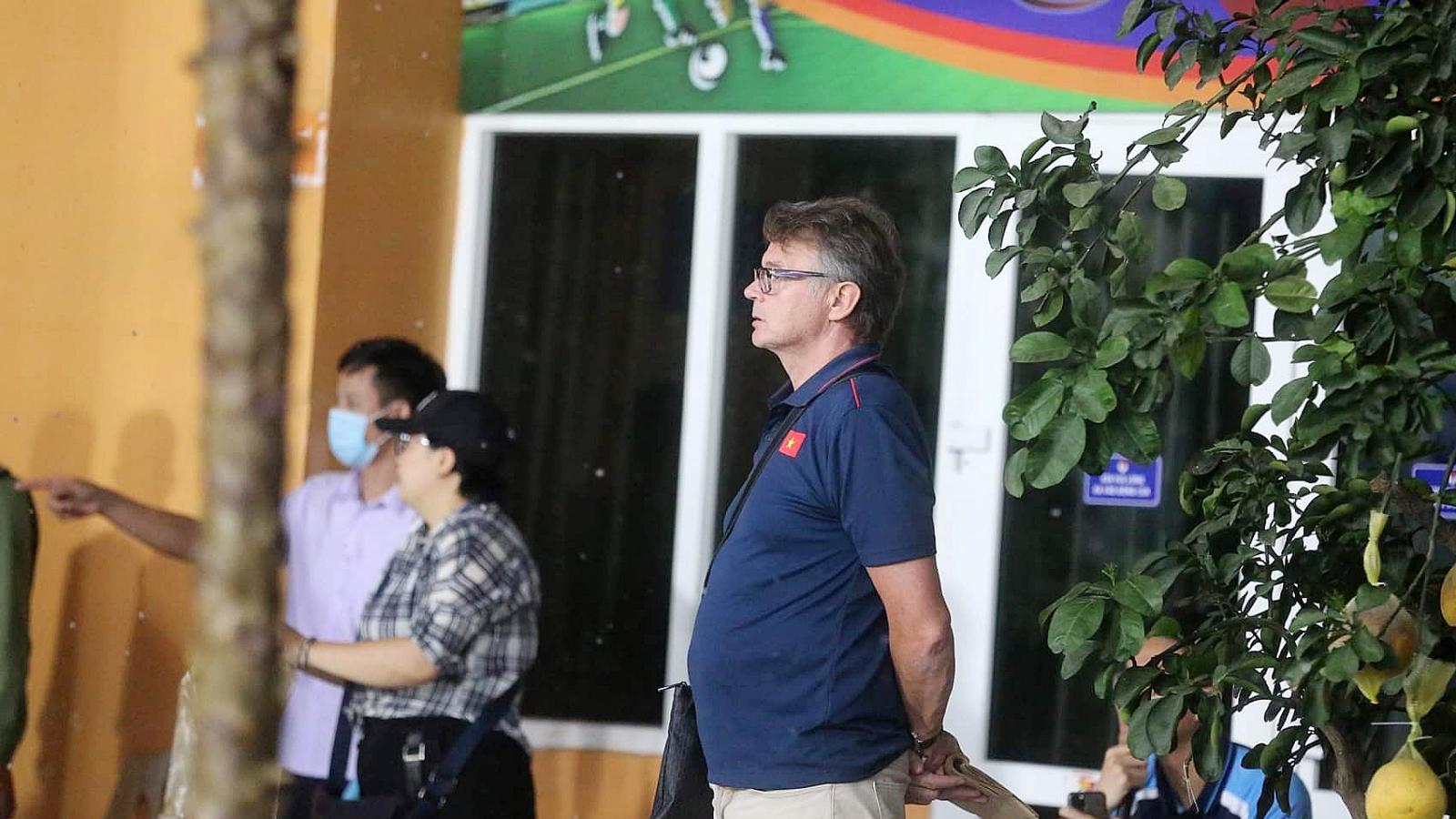 """""""Phù thủy trắng"""" Troussier theo dõi U22 Việt Nam đội mưa tập luyện"""