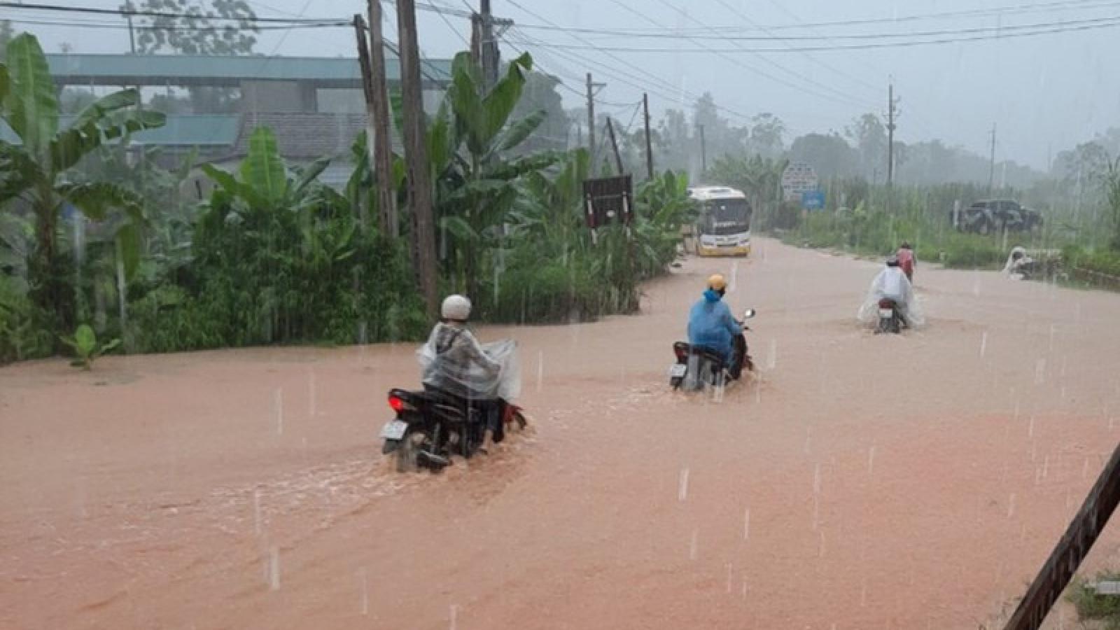 Mưa lớn khiến nhiều khu vực ở Yên Bái ngập lụt, giao thông đi lại khó khăn