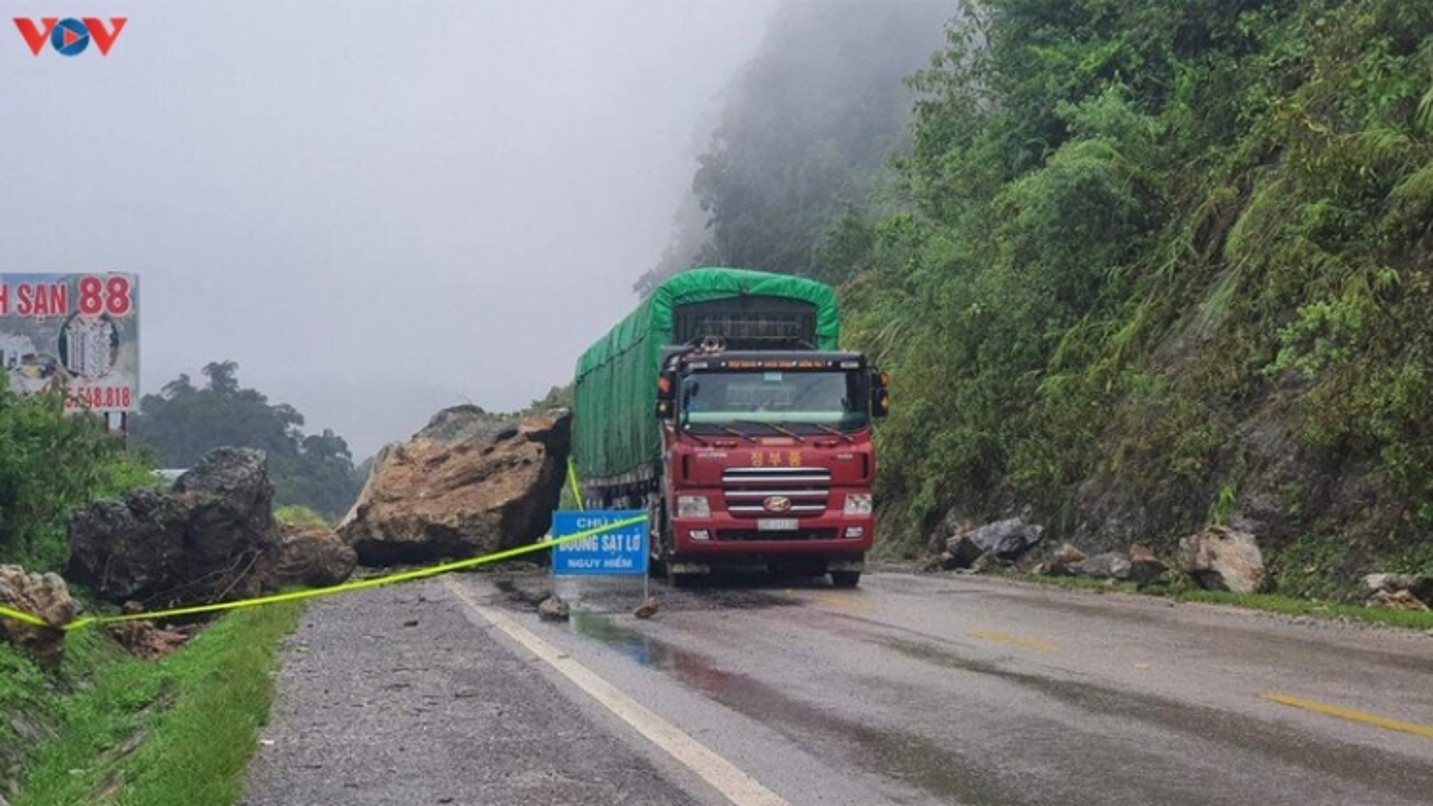 Hoàn lưu bão số 2: Nhiều tuyến đường ở Sơn La sạt lở gây ách tắc