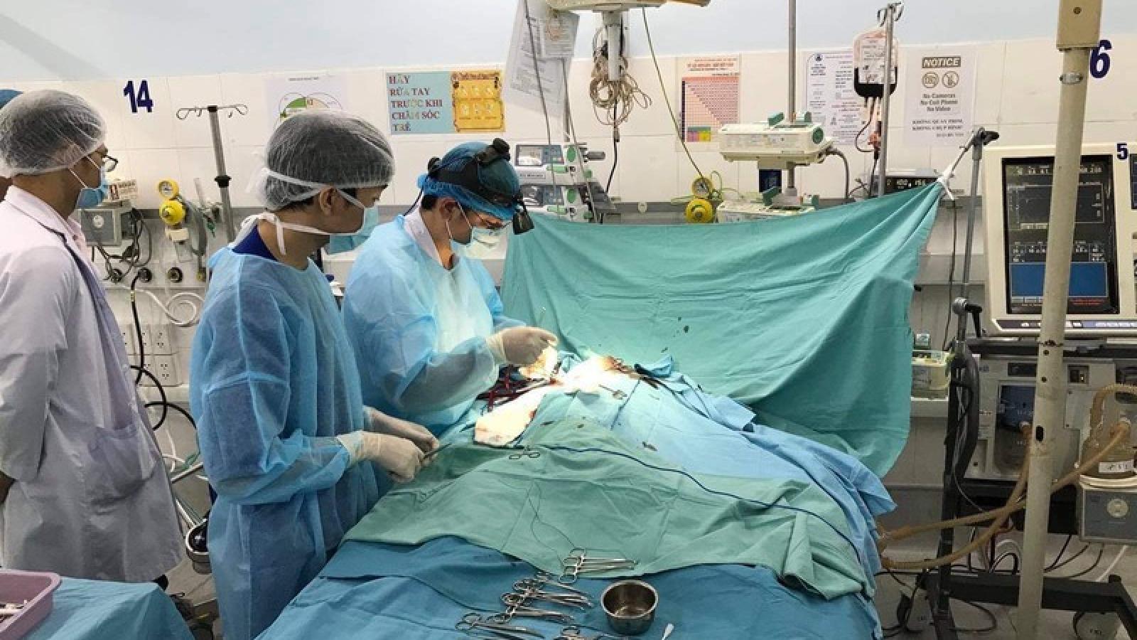 Vận hành ECMO cứu sống bệnh nhi 3 tuổi bị trụy tim mạch trên đường chuyển bệnh