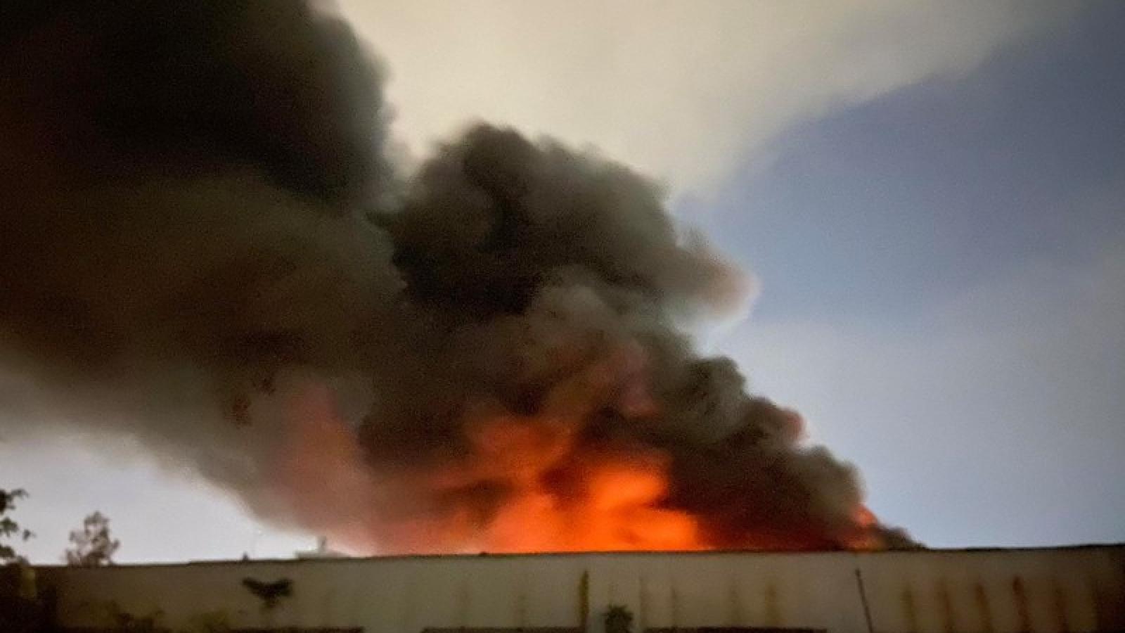 Cháy lớn bên trong nhà kho 3.000m2 tại Khu công nghiệp Tân Tạo