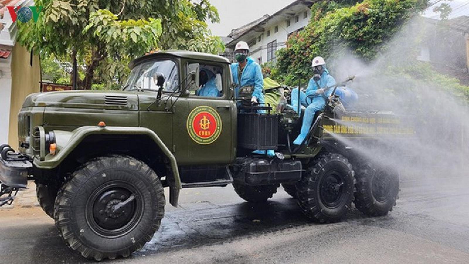 Quân đội phun tiêu độc khử trùng phố cổ Hội An
