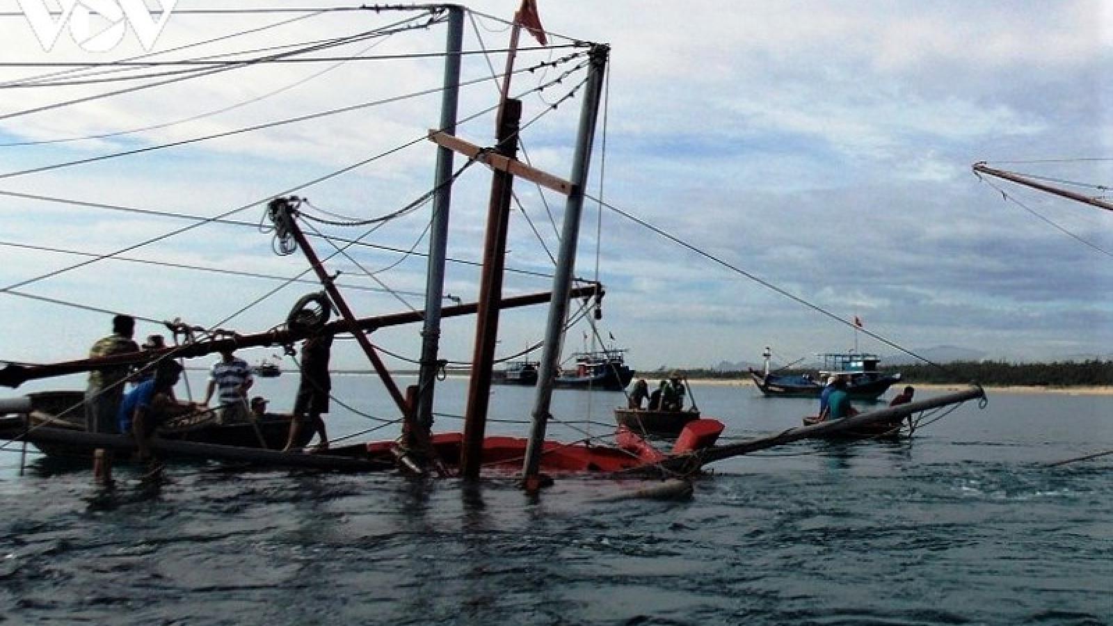 Thời tiết xấu, 2 tàu cá ngư dân Quảng Nam gặp nạn