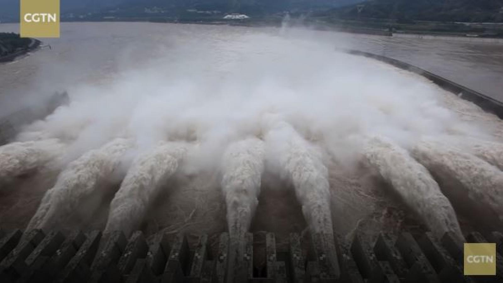 Video: Lưu lượng nước đổ vào lập đỉnh, đập Tam Hiệp mở cửa xả lũ
