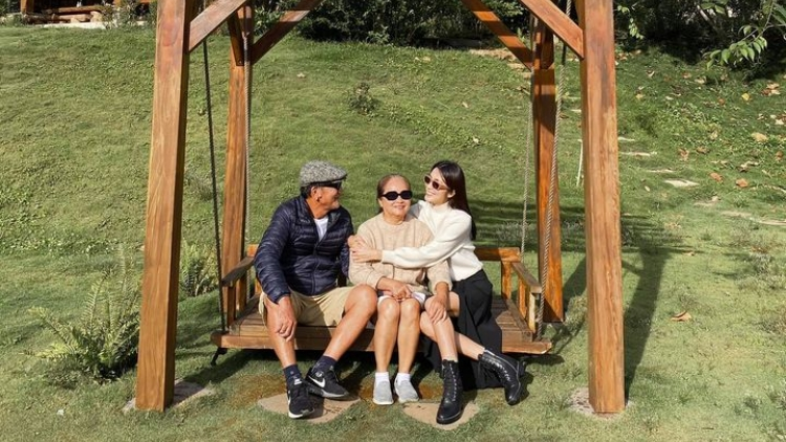 Tăng Thanh Hà hiếm hoi chia sẻ ảnh đi du lịch cùng bố mẹ