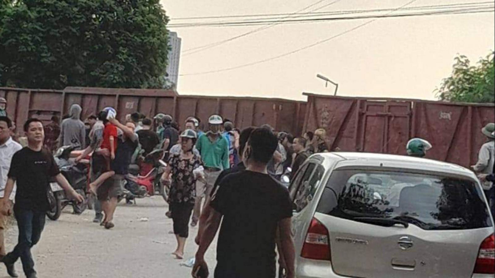 Tàu hoả va chạm với xe 45 chỗ đưa đón học sinh ở Hà Nội
