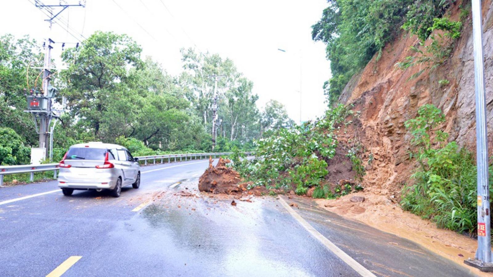 Giao thông tại thị trấn Tam Đảo - Vĩnh Phúc bị tắc do sạt lở đất
