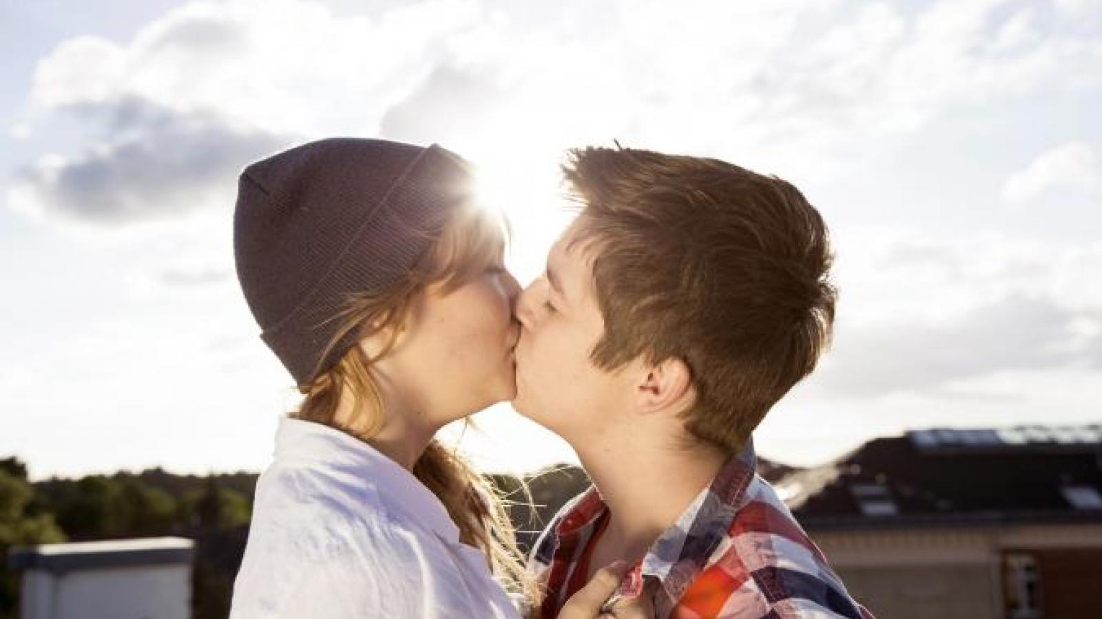 10 bí quyết cho nụ hôn đầu quyến rũ