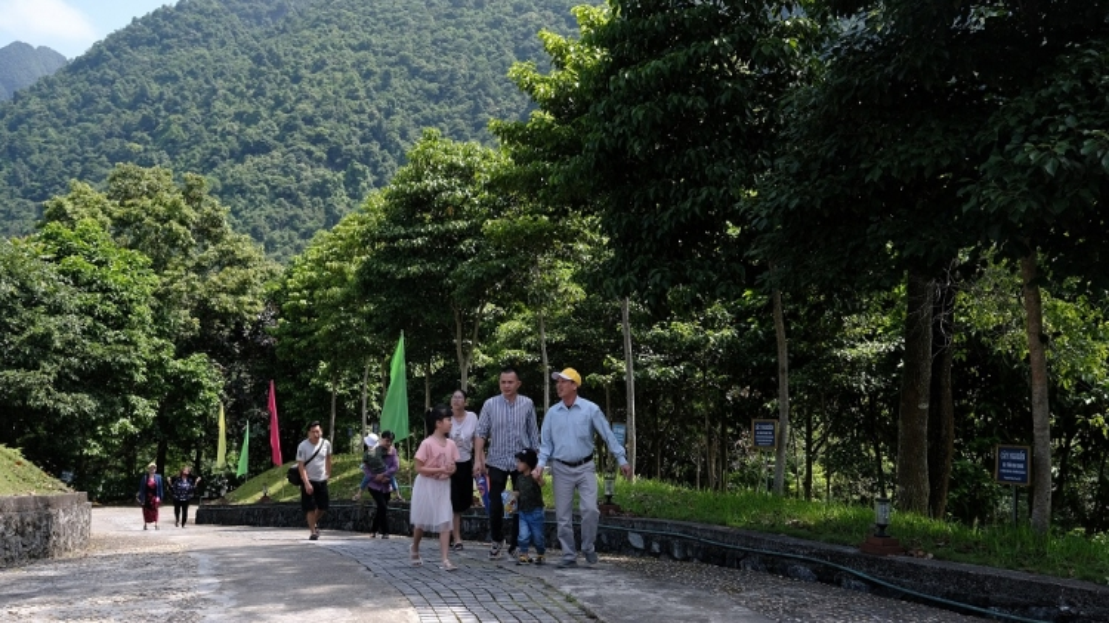 Vinamilk trồng cây xanh tôn tạo cảnh quan nhiều địa danh lịch sử