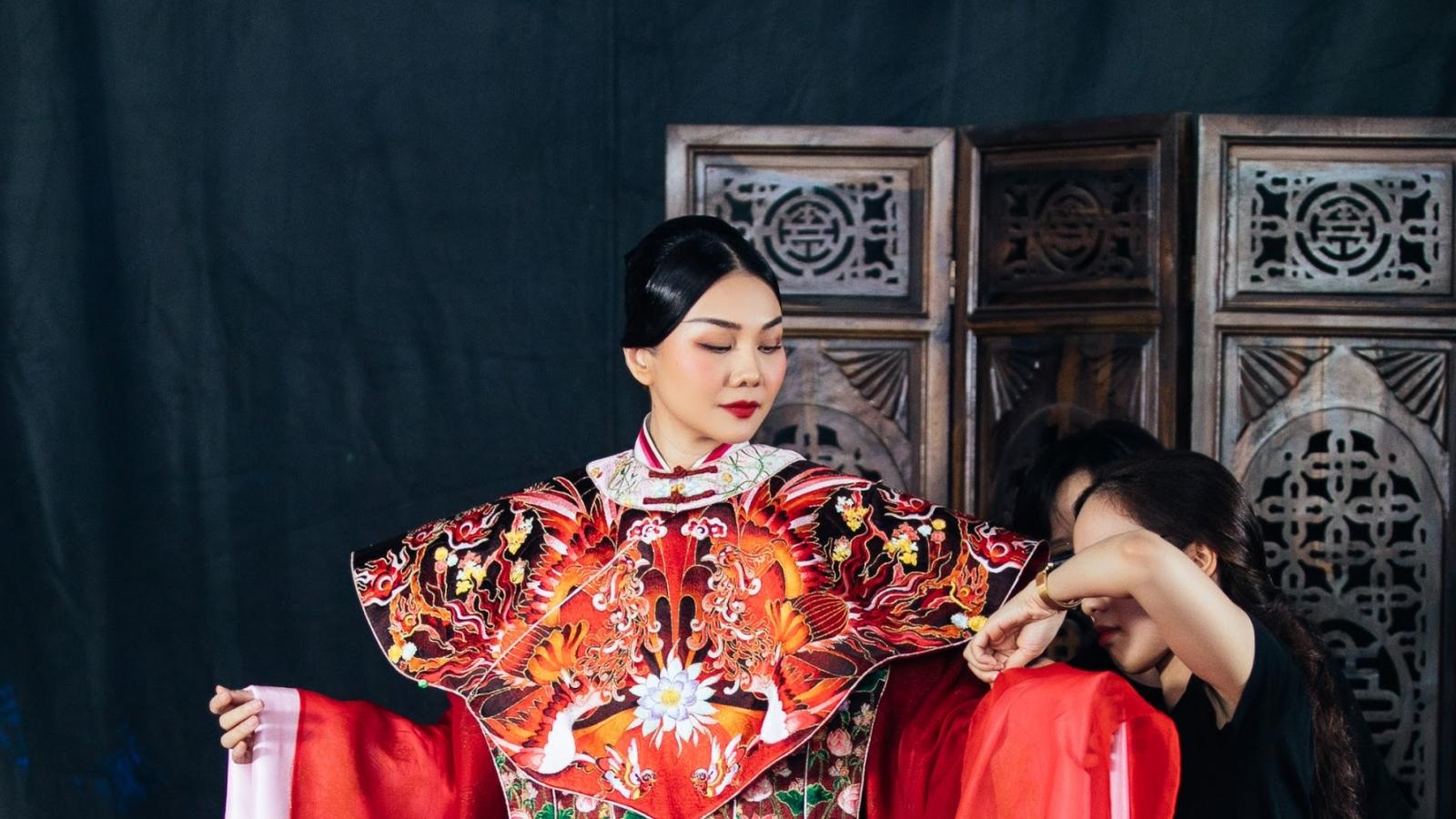 Thanh Hằng khoác phượng bào 10kg khi hóa thân thành Hoàng hậu Dương Vân Nga
