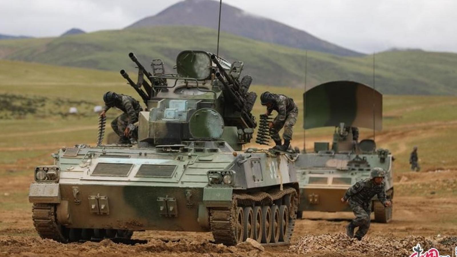 Quân khu Tây Tạng (Trung Quốc) tiến hành nhiều cuộc diễn tập bắn đạn thật