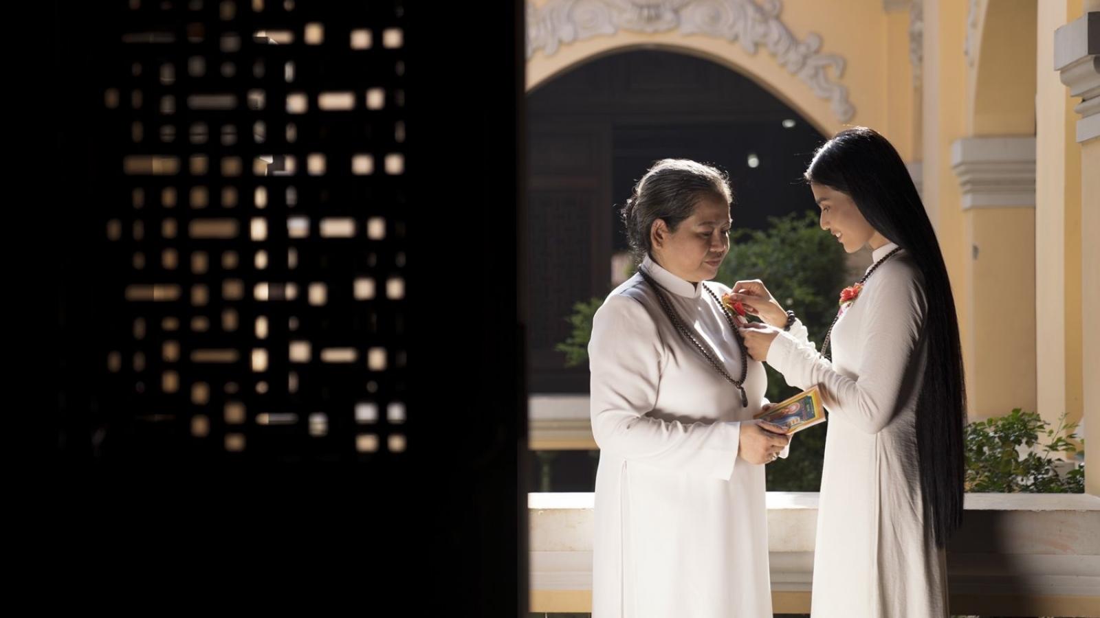 Trương Thị May dâng 1000 quyển kinh Phật mùa Vu Lan