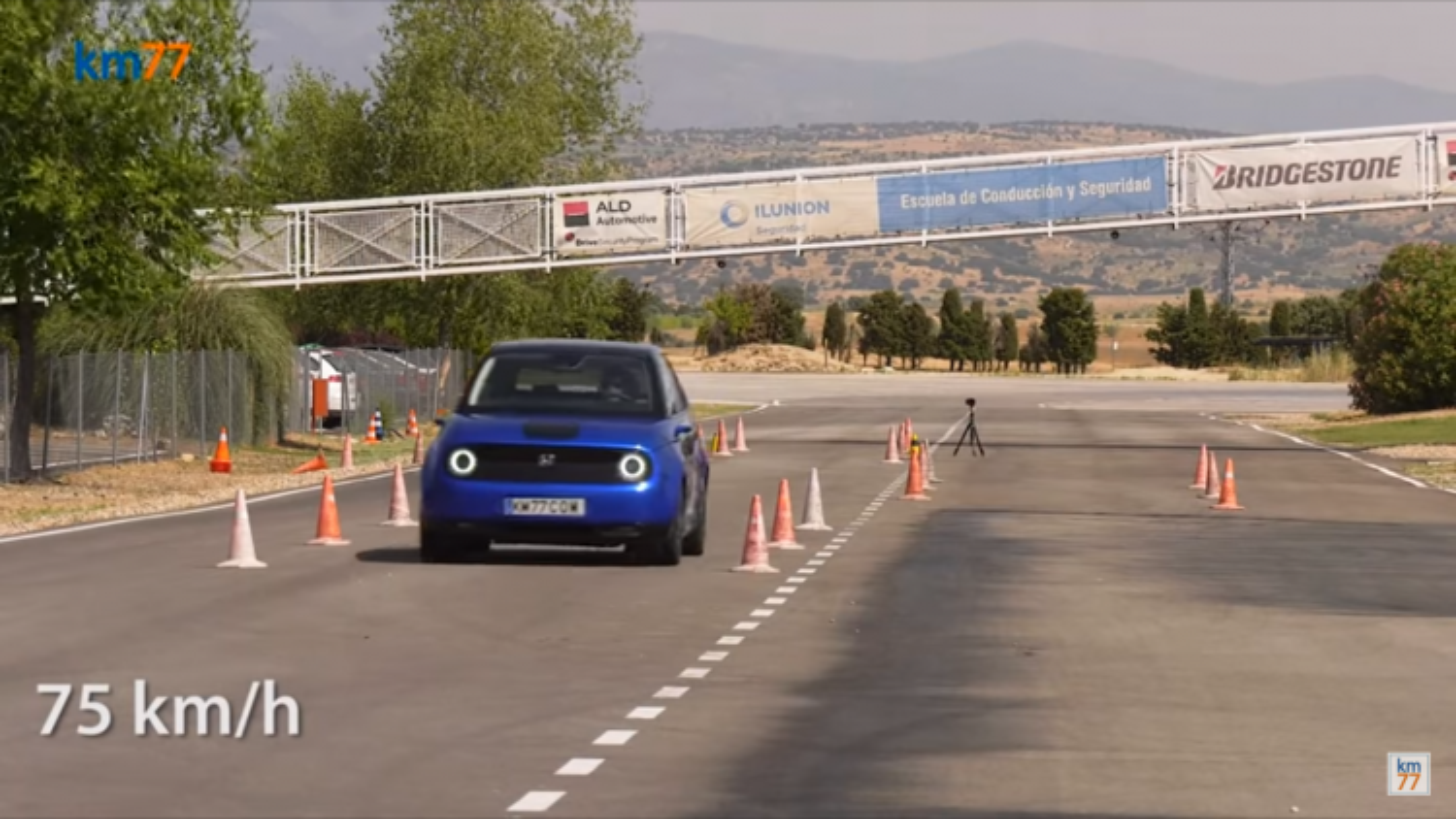 """Video: Ô tô điện Honda e """"gặp khó"""" khi thử đánh lái đột ngột tại tốc độ 75km/h"""
