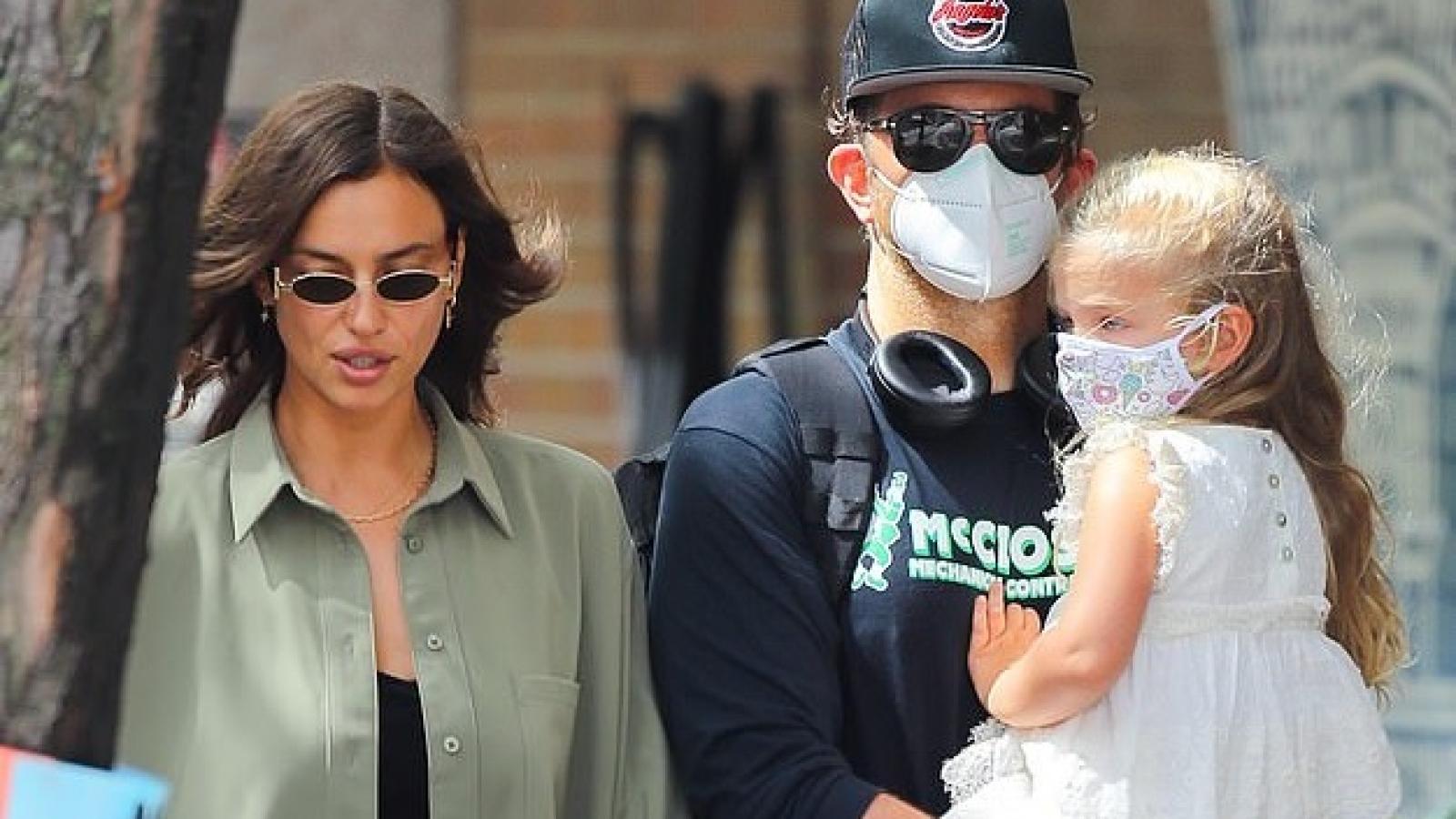 Irina Shayk và tình cũ Bradley Cooper vui vẻ đưa con gái đi dạo phố