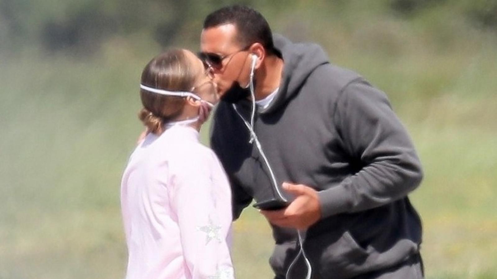"""Jennifer Lopez và tình trẻ """"khóa môi"""" ngọt ngào trước khi lên máy bay"""