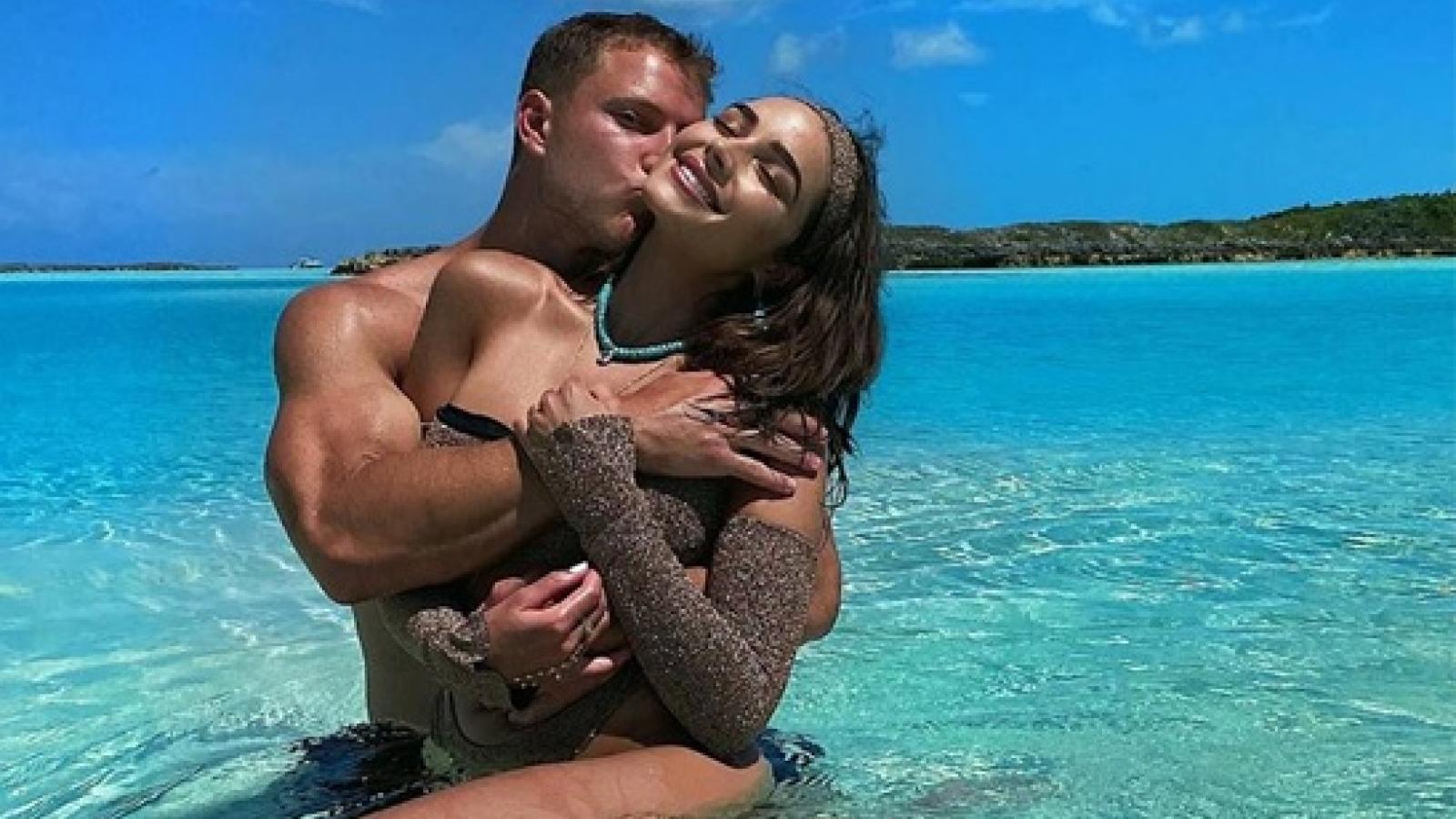 Hoa hậu Olivia Culpo nóng bỏng ôm bạn trai kém tuổi giữa biển