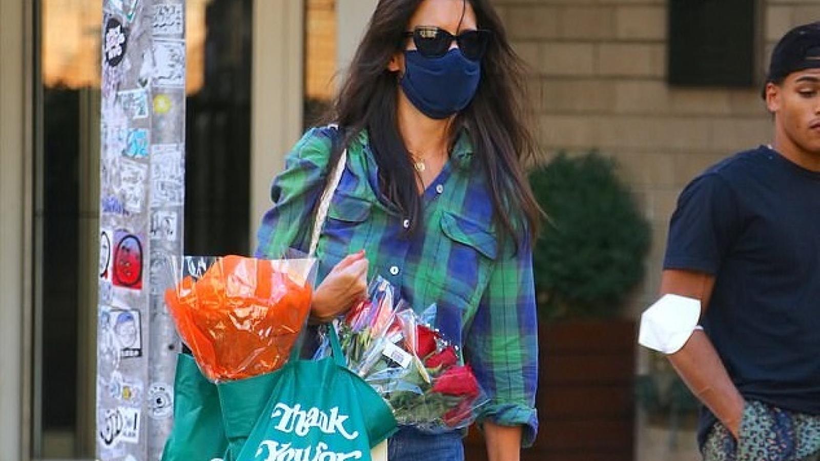 Katie Holmes giản dị đi siêu thị sắm đồ