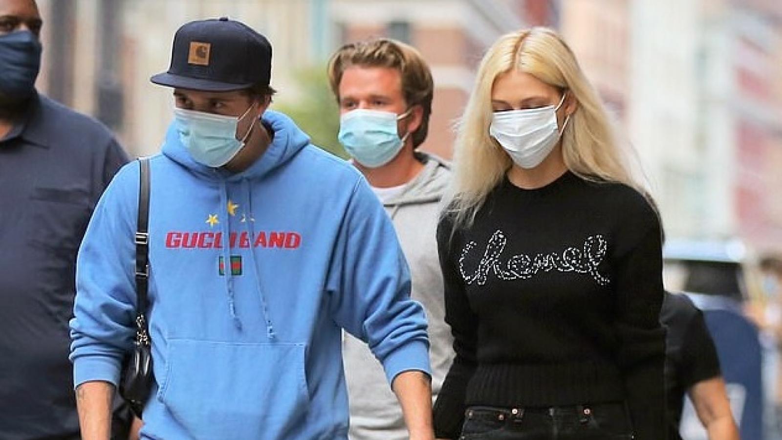 Con trai David Beckham nắm tay bạn gái xinh đẹp dạo phố